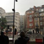 雨の倫敦に到着